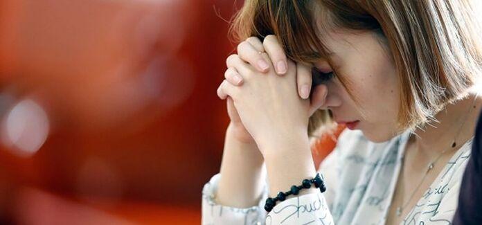mulher rezndo em oração