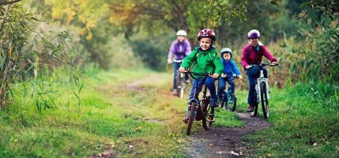 Crianças andando de biciicleta no parque