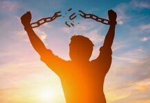Homem consegue a liberdade da escravidão
