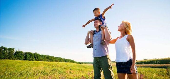 familia feliz, pais e filhos unidos no campo