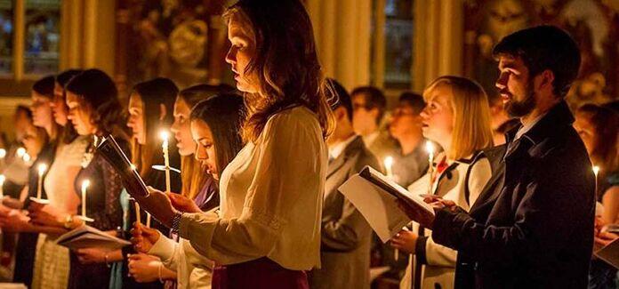 cristão leigos rezando na igreja, pessoas na missa